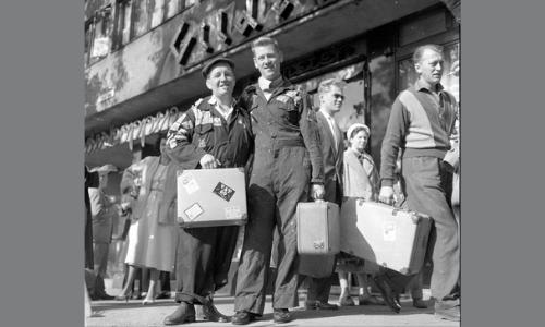 Oslo, september 1958, Edderkoppen teater på turne, skuespillerne utenfor teateret før avreise.