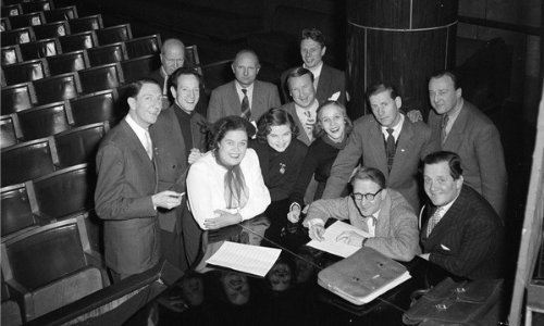 Edderkoppen Scene historie. Fra venstre rundt flygelet: Leif Juster, Kari Diesen, Torhild Lindal, Rigmor Lange, Arve Opsahl, Svend von Düring og Ernst Diesen.
